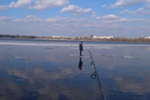 Киевлянин поймал на спиннинг мальчика, дрейфующего на льдине