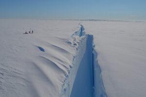 В Антарктиде от ледника откололся айсберг больше Киева