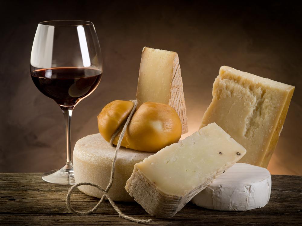 Химики выяснили, почему сыр — идеальная закуска к вину
