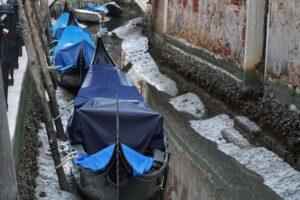 В Венеции ушла вода из каналов