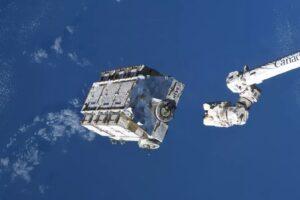 В космос с МКС сбросили мусор рекордного размера
