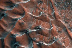 Песчаные дюны Марса посеребрила морозная седина: фото NASA