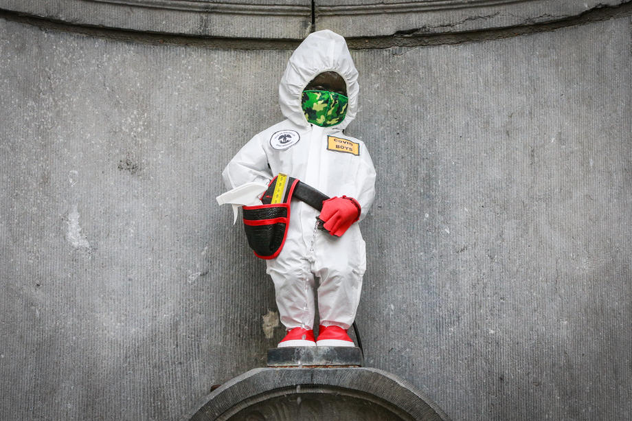 В Брюсселе писающего мальчика одели в респиратор и костюм