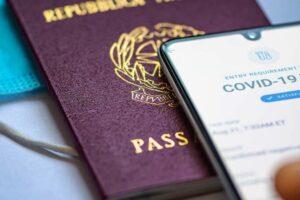 Франция первой в ЕС вводит COVID-паспорта для туристов