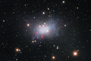 Астрономы показали эффектный снимок неправильной карликовой галактики