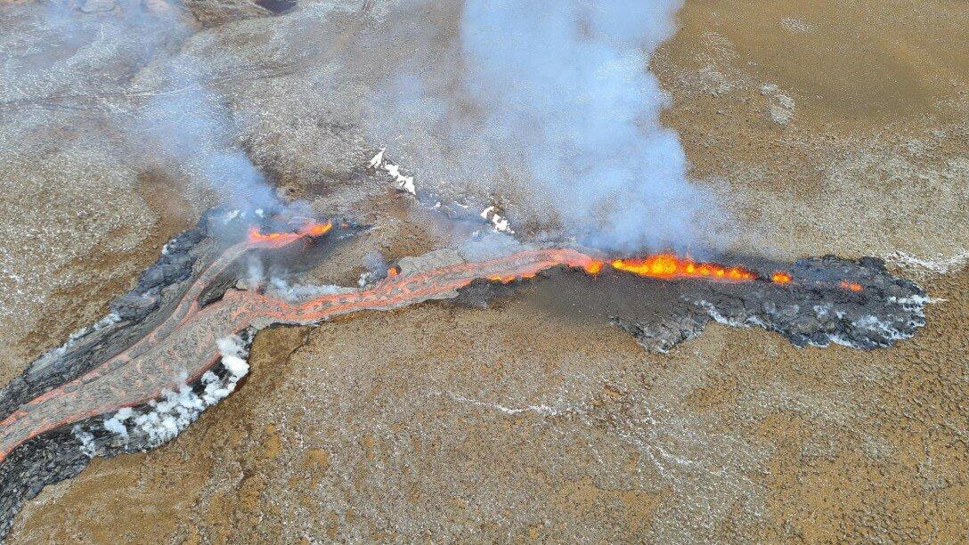 Вулкан в Исландии дал новые трещины: туристов эвакуировали