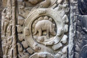 Откуда в храме Ангкора взялось изображение стегозавра?