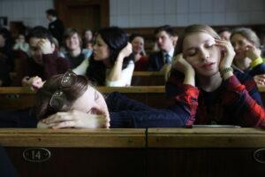 Школьников не зря так трудно разбудить на первый урок, и дело тут не в лени