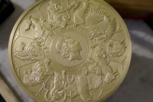 В Британии отчеканили крупнейшую в истории монету весом 10 килограммов