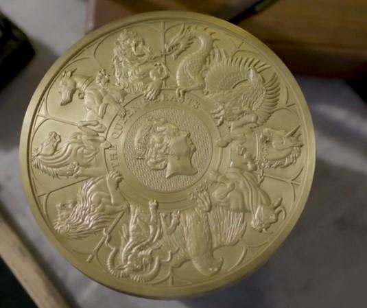 В Британии отчеканили крупнейшую в истории монету весом 10 килограммов.Вокруг Света. Украина