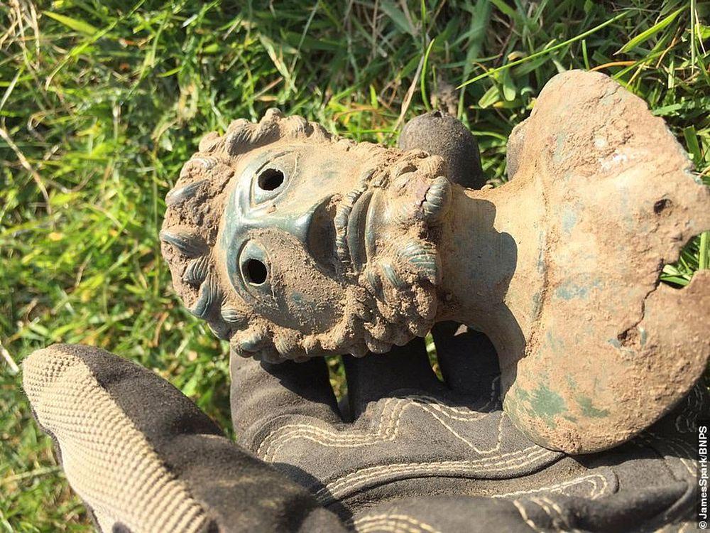 Кладоискатели в Британии нашли в поле древние артефакты на сумму более 100 тыс. долларов.Вокруг Света. Украина