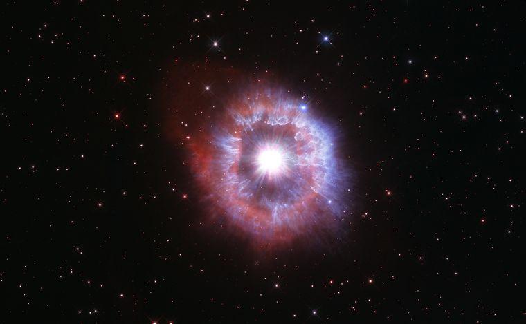 Hubble сфотографировал гигантскую пульсирующую звезду