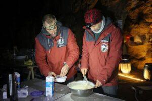 Французы провели в пещере 40 дней без телефонов и часов