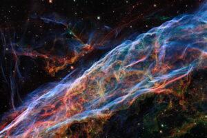 Hubble показал детальное изображение потрясающей туманности Вуаль