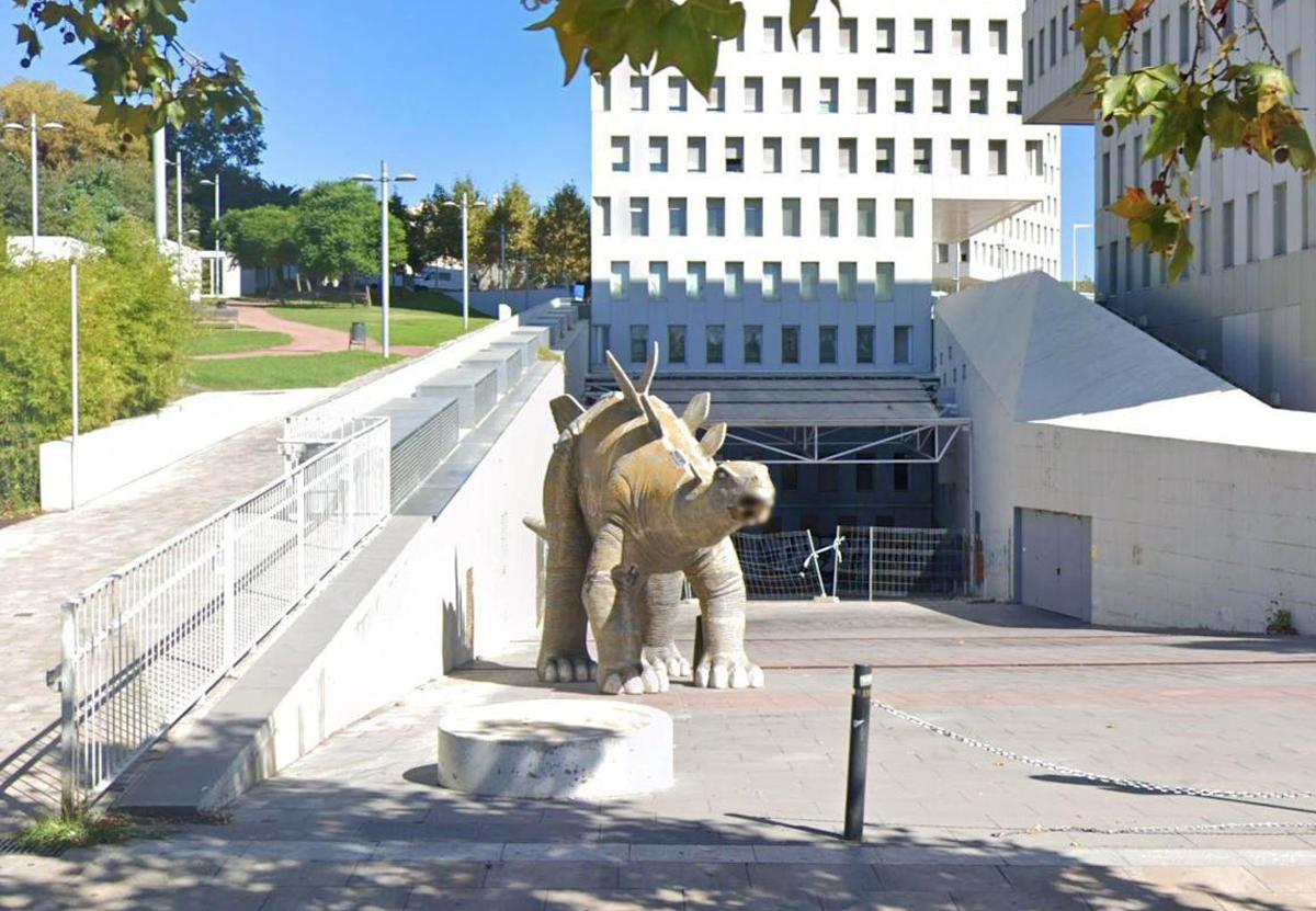В Испании человек погиб, пытясь достать свой смартфон из статуи динозавра