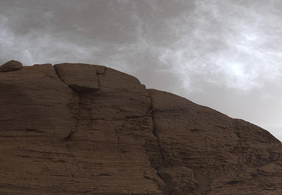 Марсоход NASA запечатлел над Красной планетой сияющие облака