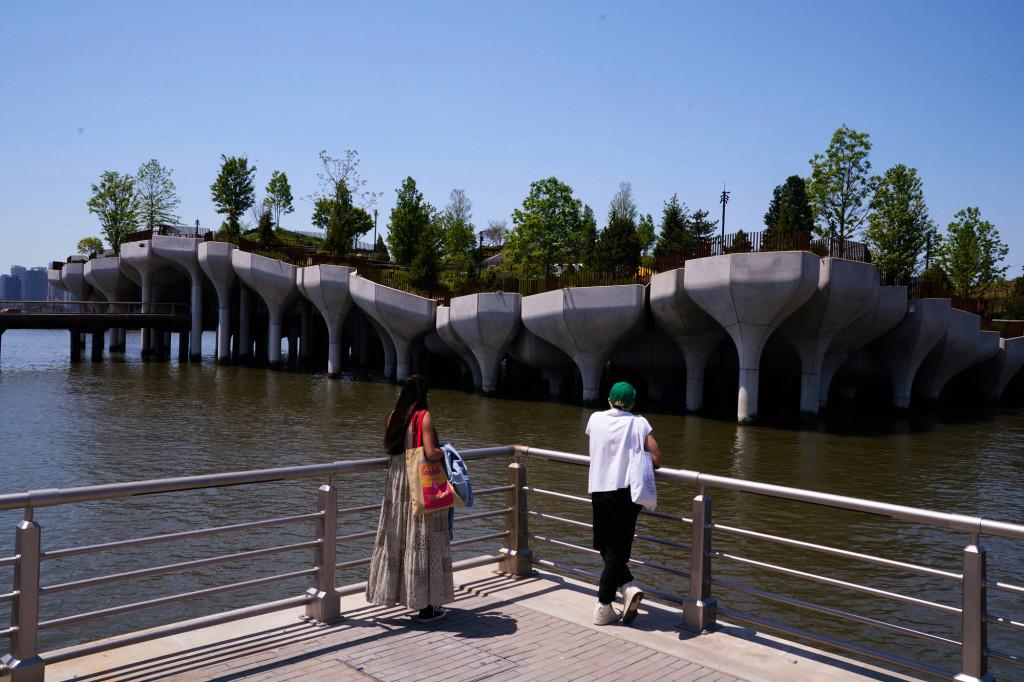 В Нью-Йорке открылся уникальный парк на сваях