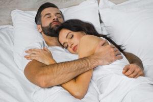 У людей в браке быстрый сон длится дольше