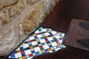 Французский художник латает дороги мозаикой