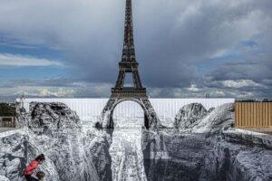 В Париже Эйфелева башня стала частью оптической иллюзии
