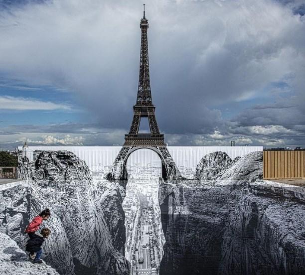 В Париже Эйфелева башня стала частью оптической иллюзии.Вокруг Света. Украина