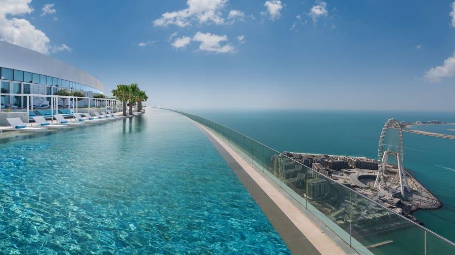 Книга Гиннесса признала пейзажный бассейн в Дубае самым высотным в мире.Вокруг Света. Украина