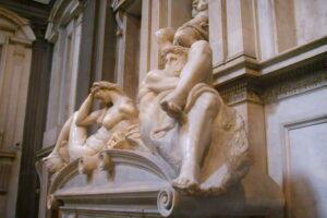 В Италии статуи Микеланджело чистят с помощью плотоядных бактерий