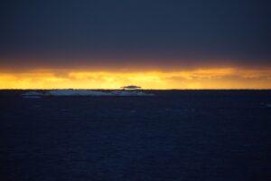 Украинские полярники заметили летающие айсберги