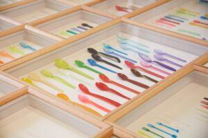 Археология ложки: в Лондоне открылась выставка одноразовой посуды