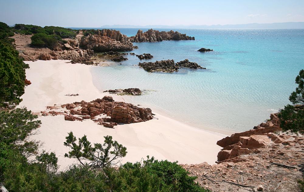 За кражу 100 кг песка с пляжей Сардинии туристам грозят серьезные штрафы