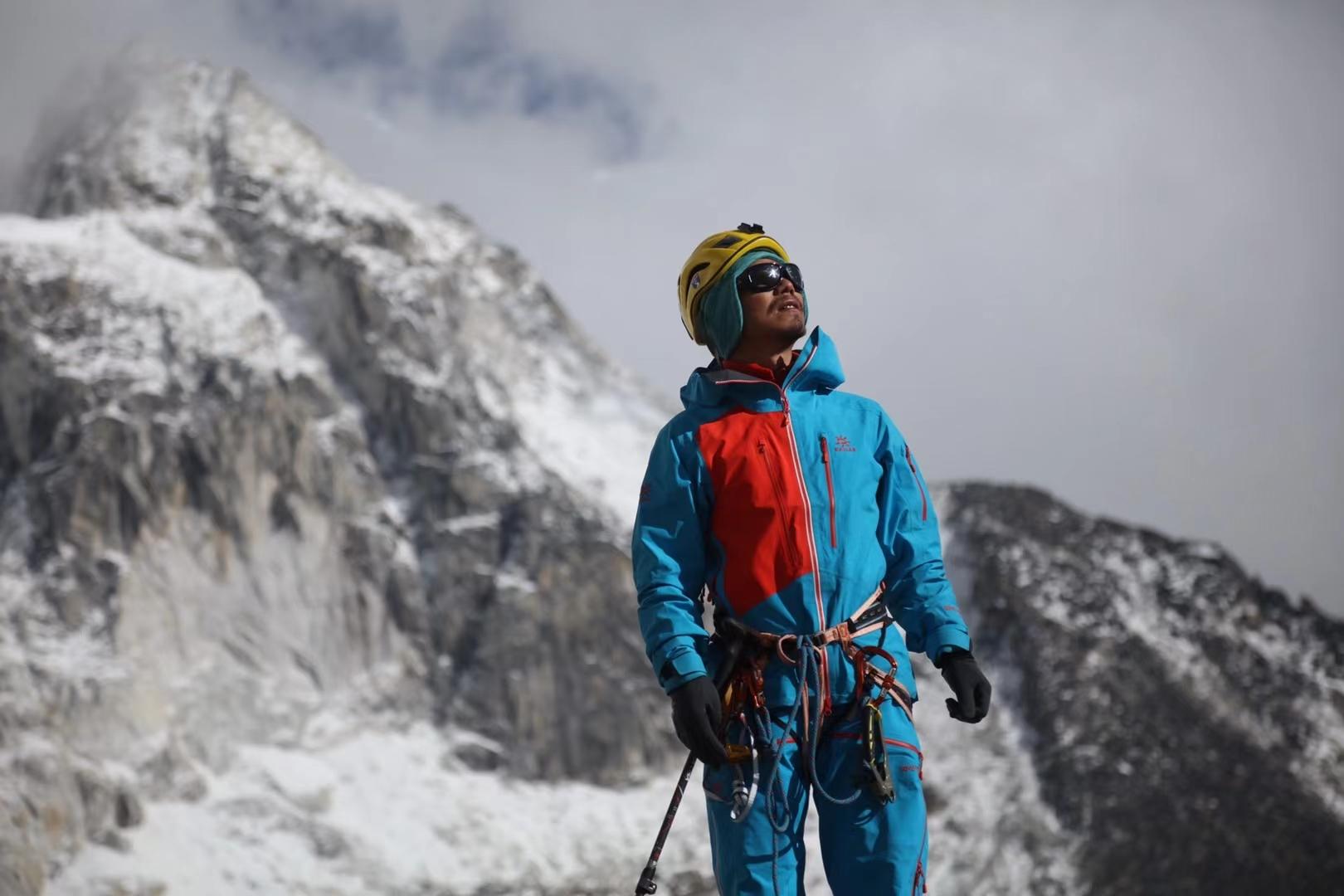 Незрячий китайский альпинист покорил Эверест