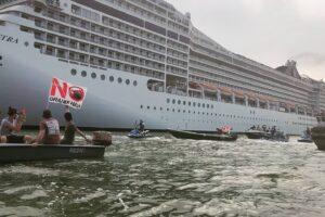 В Венецию вопреки запрету прибыл первый круизный лайнер
