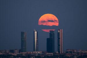 Ночью над миром взошла Клубничная Луна: фото