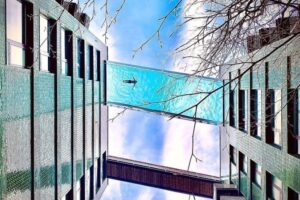 В Лондоне на высоте 35 метров открыли стеклянный бассейн