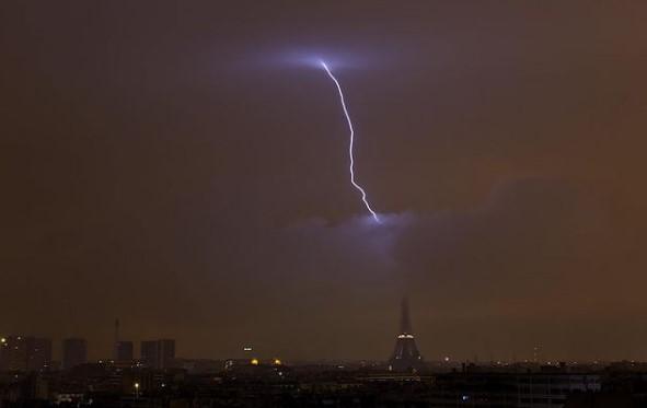 В Эйфелеву башню попала молния: фото.Вокруг Света. Украина