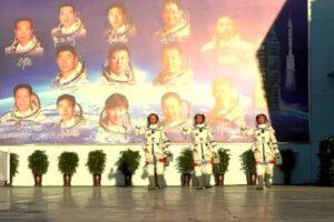 Китай запустил первый экипаж на новую космическую станцию