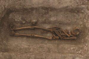 В раннем Средневековье в Европе было принято вскрывать захоронения, чтобы провести ритуалы