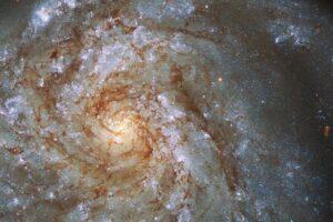 Телескоп Хаббл обнаружил удивительную деформированную галактику: видео