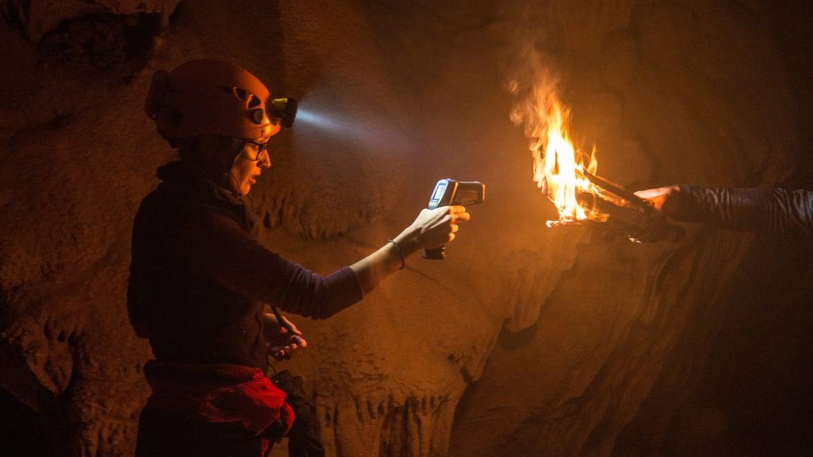 Археологи воссоздали пещерные «светильники» каменного века
