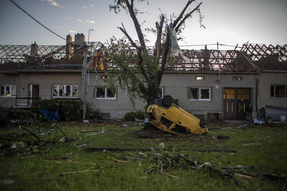 Смертельное торнадо в Чехии: фото и видео