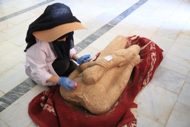 В Турции раскопали античные статуи юношей со львами: им 2500 лет