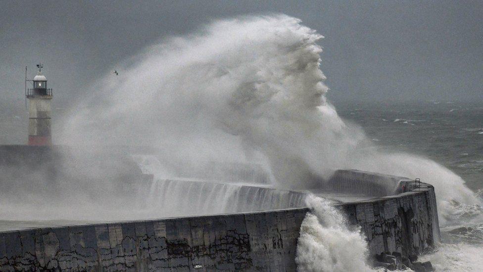 Британский фотограф заметил во время шторма лик Посейдона.Вокруг Света. Украина