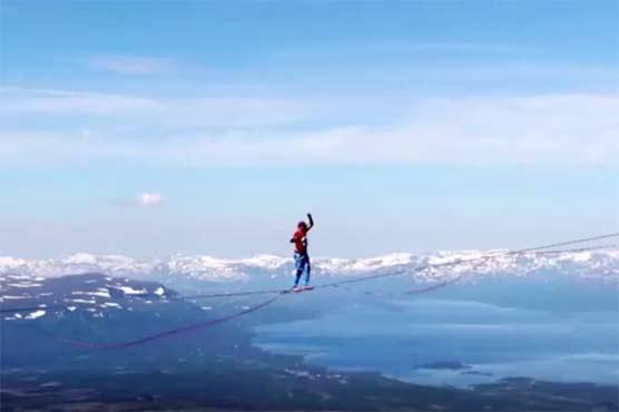Канатоходцы пересекли арктическую долину на высоте 600 метров: видео