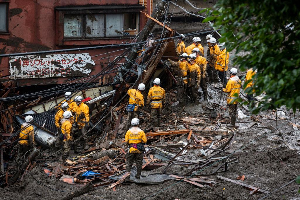 В Японии более 100 человек пропали без вести после схода мощного оползня