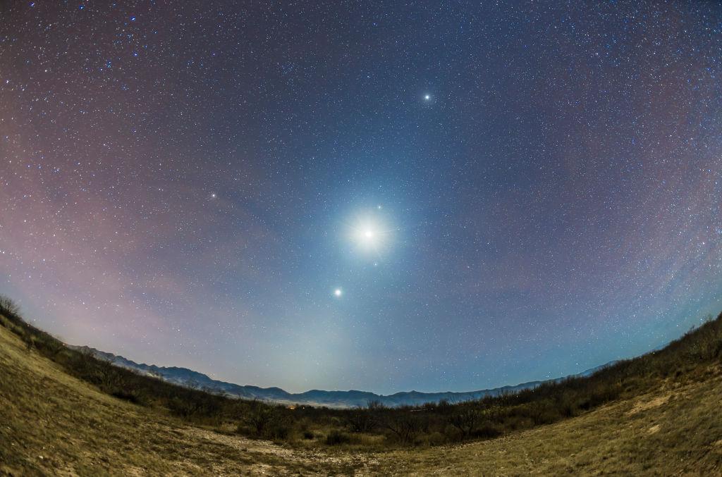 Венера, Марс и Луна сблизились в звездном небе