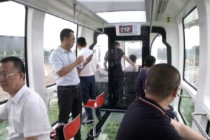 В Китае запустили подвесной поезд со стеклянным дном