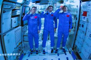 Китайские астронавты побывали в открытом космосе