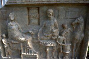 В Турции нашли редкую погребальную плиту возрастом 1900 лет