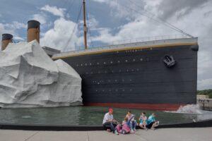 В музее Титаника на посетителей упал айсберг