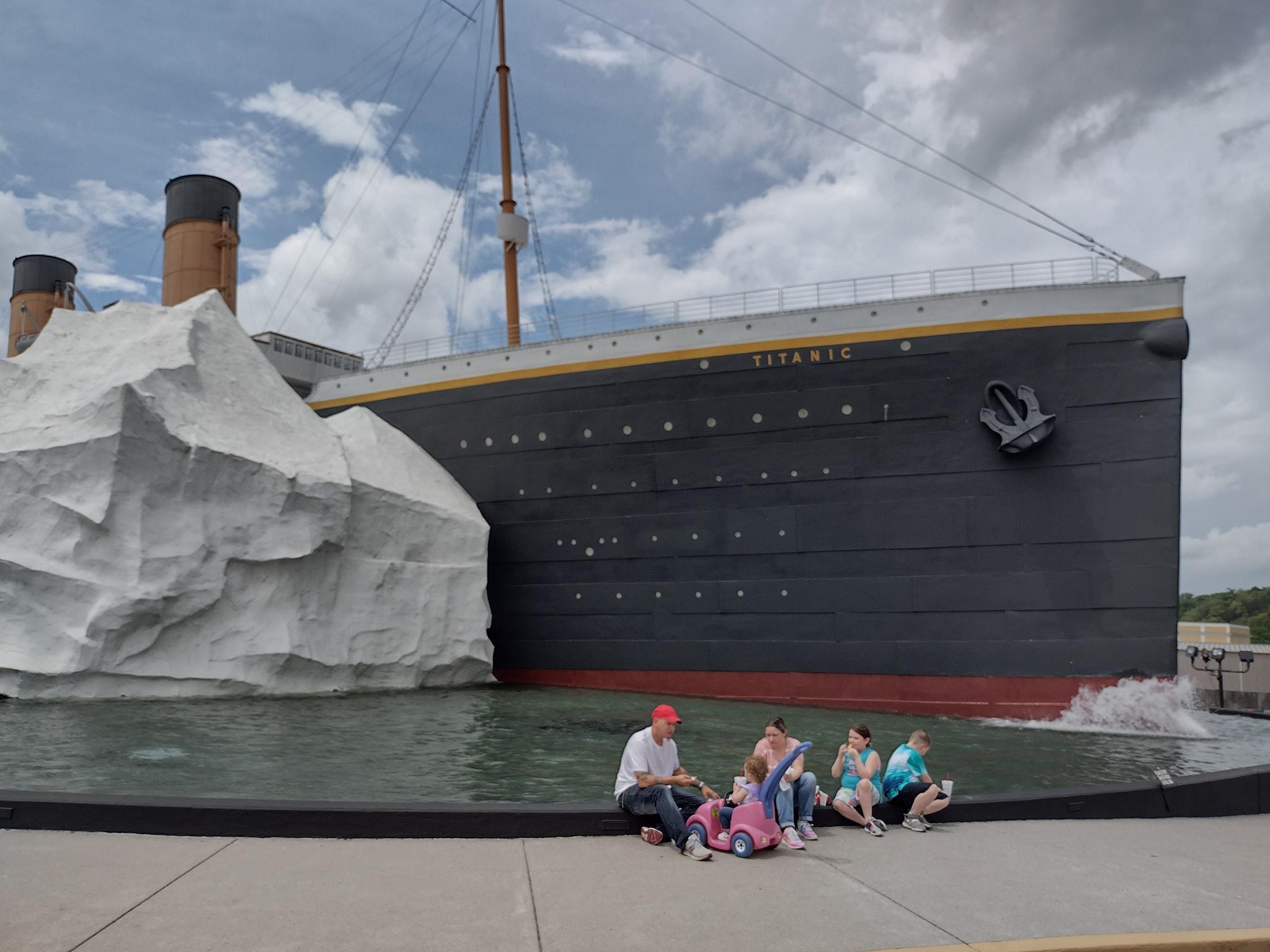 В музее Титаника на посетителей упал айсберг.Вокруг Света. Украина